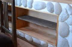 ダイニングテーブル脇には棚が設けられています。(2011-10-25,共用部,LIVINGROOM,3F)