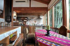 テーブル越しにキッチンを眺めるとこんな感じ。(2011-11-28,共用部,LIVINGROOM,3F)