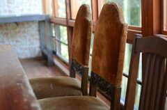 椅子はそれぞれ表情が違います。(2011-10-25,共用部,LIVINGROOM,3F)