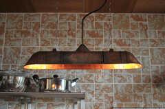 キッチンのランプは蛍光灯ではなく白熱灯です。夜も雰囲気が良いのだそう。(2011-11-28,共用部,KITCHEN,3F)