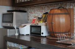 キッチン脇にはキッチン家電や樽の収納が置かれています。(2011-11-28,共用部,KITCHEN,3F)