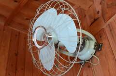 電車のなかで、こんな扇風機見たことあります。(2011-10-25,共用部,BATH,4F)