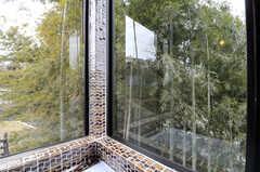 バスルームの窓からは、竹林を眺めることが出来ます。(2011-11-28,共用部,BATH,4F)