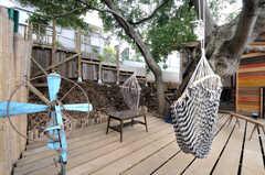 中庭にはなんじゃもんじゃの木に取り付けられた、ハンモックチェアが用意されています。(2011-10-25,共用部,OTHER,3F)