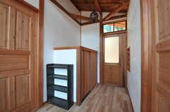 住居棟内部から中庭へ続くドアを見た様子。左手のドアが301号室、右手のドアが302号室です。(2011-10-25,共用部,OTHER,3F)