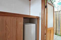 ドア脇には、洗濯機が2台設置されています。(2012-05-16,共用部,LAUNDRY,3F)