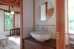 専有部の様子。ドアを開けると洗面台洗面台があります。(302号室)(2011-10-25,専有部,ROOM,3F)