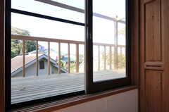 窓からベランダへ出られます。(302号室)(2011-10-25,専有部,ROOM,3F)