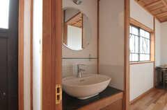 専有部の洗面台の様子。各部屋には洗面台が設置されています。(101号室)(2011-10-25,専有部,ROOM,1F)