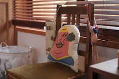 椅子に置かれたにっこり笑顔のクッション。※備品は入居者さんの私物です。(301号室)(2011-11-28,専有部,ROOM,3F)