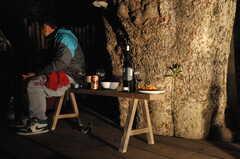 夜の中庭2。ベンチはちょっとしたテーブルにもなります。(2011-11-26,共用部,PARTY,3F)