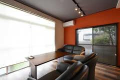 リビングの様子。窓が大きいです。(2020-06-22,共用部,LIVINGROOM,1F)