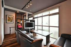 リビングの様子3。TVの棚は、部屋ごとに振り分けられた収納スペースとして使えます。(2020-06-22,共用部,LIVINGROOM,1F)