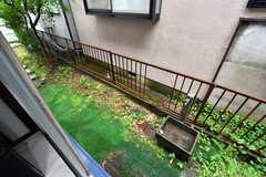 掃き出し窓からは庭に出られます。(101号室)(2020-06-22,専有部,ROOM,1F)