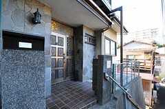 シェアハウスの正面玄関。(2012-08-24,共用部,OUTLOOK,1F)
