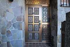 シェアハウスの玄関ドアの様子。(2012-08-24,共用部,OUTLOOK,1F)
