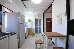 リビングの様子3。正面にはバスルームと洗面台があります。(2012-08-24,共用部,LIVINGROOM,1F)