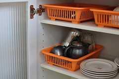 棚の中には共用の食器が収納されています。(2012-08-24,共用部,KITCHEN,1F)