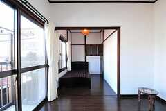 専有部の様子2。ベッドスペースには和を感じる照明が取り付けられています。(202号室)(2012-08-24,専有部,ROOM,2F)