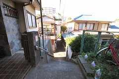 シェアハウス前には階段があります。(2012-08-24,共用部,ENVIRONMENT,1F)