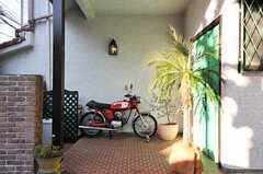 玄関前も良い雰囲気です。(2011-01-25,周辺環境,ENTRANCE,1F)