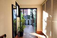 内部から見た玄関周りの様子。(2011-01-25,周辺環境,ENTRANCE,1F)