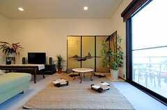 ローテーブルと金屏風も。(2011-01-25,共用部,LIVINGROOM,1F)