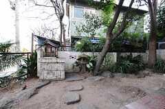 庭があります。写真には写っていませんが庭の隅には屋根付きの作業スペースも。(2011-01-25,共用部,OTHER,1F)