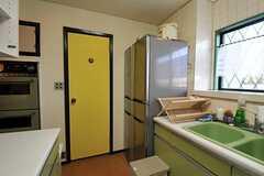 黄色いドアの先にも水周り設備があります。(2011-01-25,共用部,OTHER,1F)