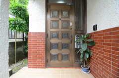 正面玄関の様子。(2015-06-10,周辺環境,ENTRANCE,1F)