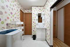 廊下に設置された洗面台と洗濯機。左手奥にはバスルームもあります。(2017-05-31,共用部,LAUNDRY,1F)