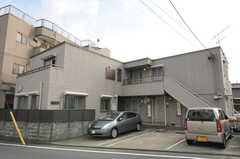 シェアハウスの外観。1Fは賃貸マンションになっていて、2Fがシェアハウスです。(2012-09-07,共用部,OUTLOOK,1F)
