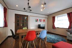 ダイニング・テーブルは、天板をスライドさせるともう少し大きくなります。(2012-09-07,共用部,LIVINGROOM,2F)