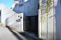 門扉の様子。その先の階段を上ると玄関があります。(2016-11-09,周辺環境,ENTRANCE,1F)