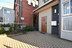 玄関ドアの前は広々としたスペースです。(2016-11-09,周辺環境,ENTRANCE,1F)