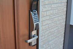 玄関の鍵はナンバー式です。(2016-11-09,周辺環境,ENTRANCE,1F)