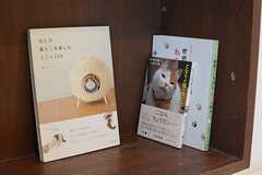 猫関連の本がたくさん。定期購読の雑誌もあります。(2016-11-09,共用部,LIVINGROOM,1F)