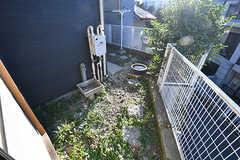 庭の様子。奥が物干しスペースとつながっています。(102号室)(2016-11-09,専有部,ROOM,1F)