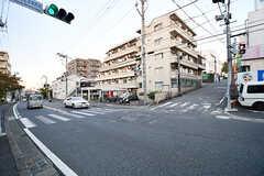 近くの交差点の様子。少し起伏のあるエリアです。(2016-11-09,共用部,ENVIRONMENT,1F)