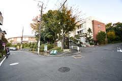 大倉山駅からシェアハウスへ向かう道の様子。緑も多く、穏やかな街並み。(2016-11-09,共用部,ENVIRONMENT,1F)