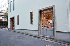 おしゃれなコーヒー屋さんも駅のすぐそば。(2017-02-01,共用部,ENVIRONMENT,1F)
