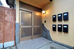 シェアハウスの玄関まわりの様子。ポストは各部屋ごとに並んでいます。(2013-09-26,周辺環境,ENTRANCE,1F)