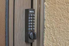 玄関の鍵はナンバー式。(2013-09-26,周辺環境,ENTRANCE,1F)