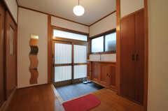 内部から見た玄関周りの様子。玄関は広めです。(2013-09-26,周辺環境,ENTRANCE,1F)
