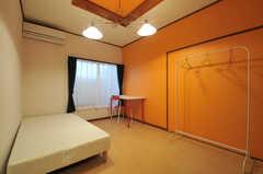 専有部の様子。オレンジの壁紙がキャッチーです。(101号室)(2013-09-26,専有部,ROOM,1F)