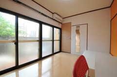 専有部の様子2。掃き出し窓からは庭に出られます。(102号室)(2013-09-26,専有部,ROOM,1F)
