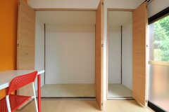 収納の様子。ハンガーポールが設置される予定です。奥行きもなかなか。(102号室)(2013-09-26,専有部,ROOM,1F)