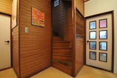 階段の様子。左手が101号室、右手がリビングにつながっています。(2013-09-26,共用部,OTHER,1F)