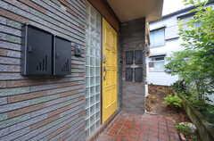 シェアハウスの玄関ドア。ポストは各部屋1つずつ用意されています。(2014-07-07,周辺環境,ENTRANCE,1F)