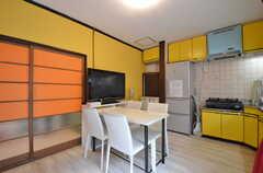 リビングの様子2。キッチンが併設されています。(2014-07-07,共用部,LIVINGROOM,1F)